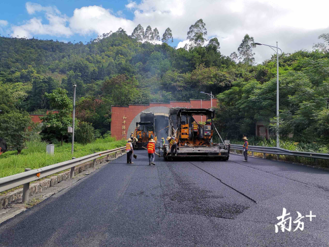 粤赣高速10条地道完成罩面养护任务 铺摊面积近5万平米