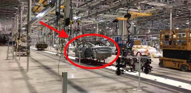 特斯拉上海超级工厂内部有罕见图片曝光  正在进行Model 3的生产设置测试