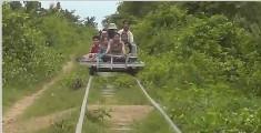 柬埔寨传统火车,主体用竹子制成,挥手即停至今还在运行!