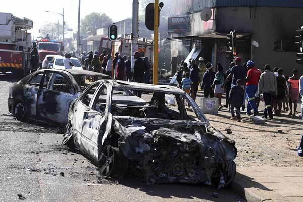 南非约翰内斯堡发生骚乱嫌犯洗劫商店 警方逮捕31人