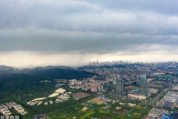 广州:暴风雨来袭前夕 白云新城上空乌云密布