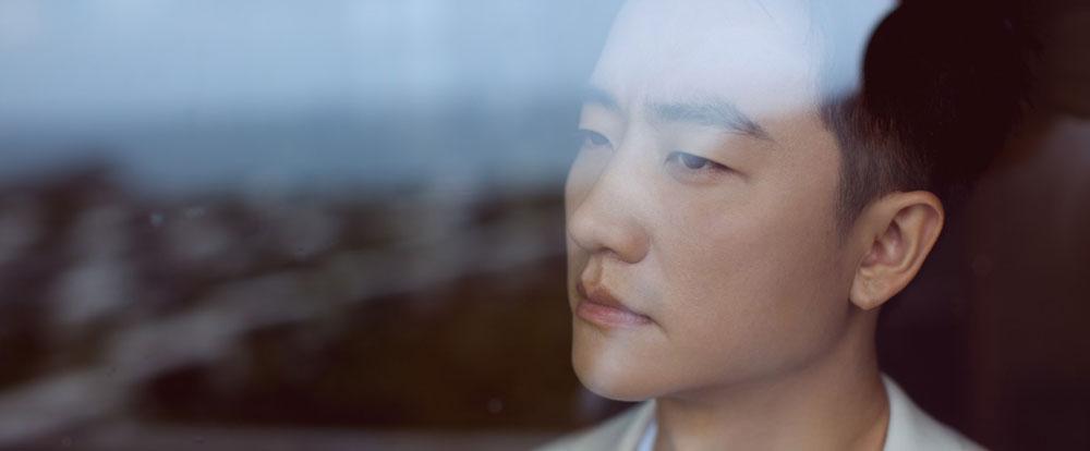 黄轩时尚白色西装造型,申博官网下载登入不乏时尚小心机