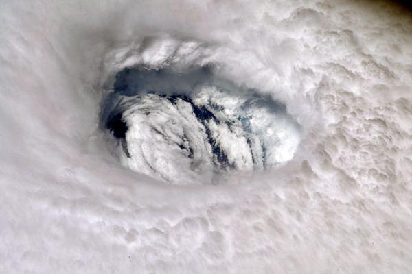 """震撼!国际空间站视角看""""多利安""""飓风眼"""