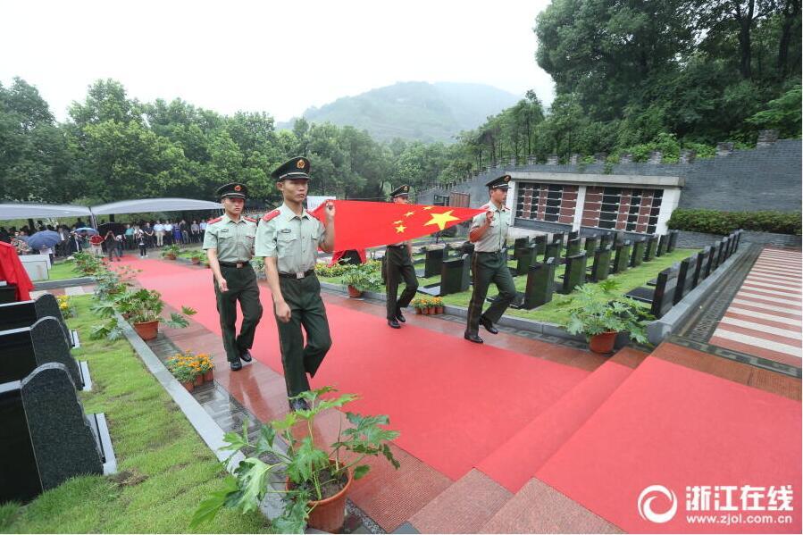 杭州各界群众缅怀先烈 纪念抗战胜利