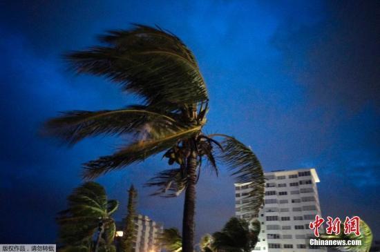 飓风多利安肆虐致5人死 美国沿岸各州严阵以待