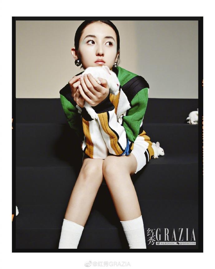 网赚qq:张子枫最新杂志写真曝光 怀抱白兔造型大胆显反差气