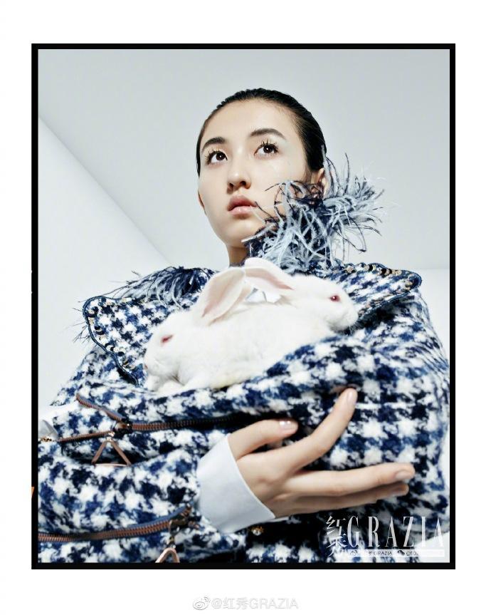 在家养殖赚钱:张子枫最新杂志写真曝光 怀抱白兔造型大胆显反差气