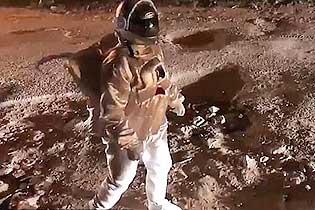 """穿越了?印度一名男子身穿宇航服""""月球漫步"""""""