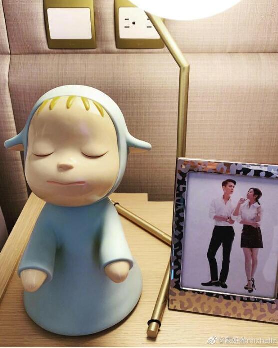 陈妍希晒生日礼物表白陈晓 床头两人亲密合影抢镜
