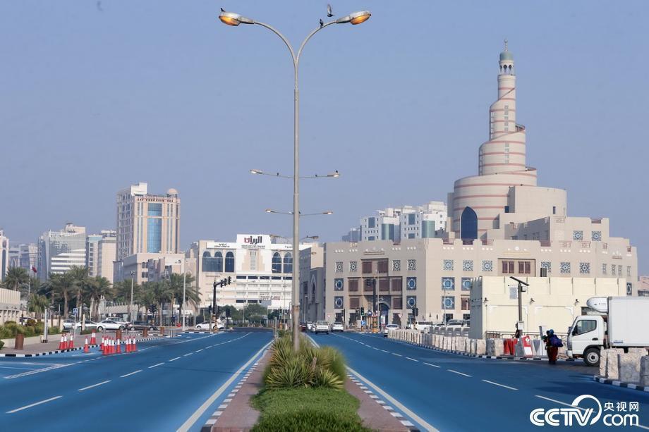 为给路面降温 卡塔尔首都部分路段被刷成蓝色