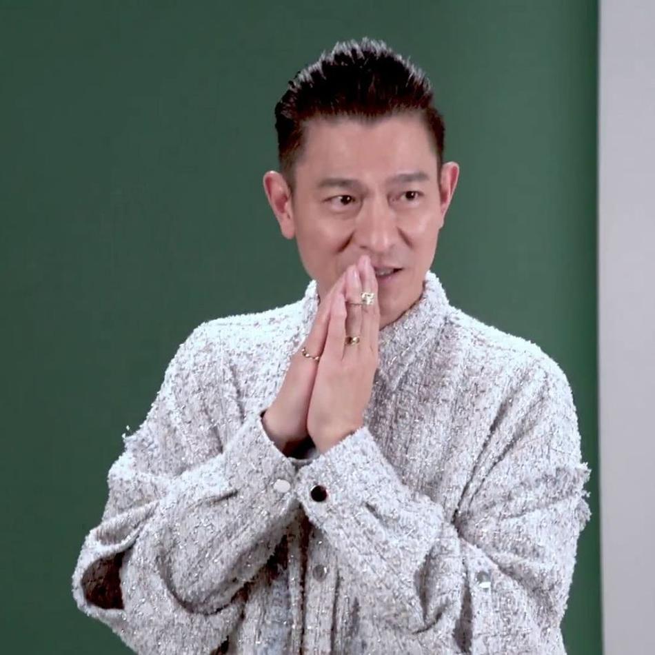 57歲劉德華拍寫真花絮曝光 眼神凌厲身材挺拔玩單手支撐