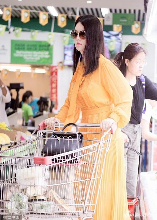 李湘逛超市被偶遇 专挑蔬菜下手瘦身效果显著