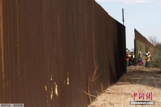 美墨边境墙形同虚设?视频显示偷渡客仍能轻易入境