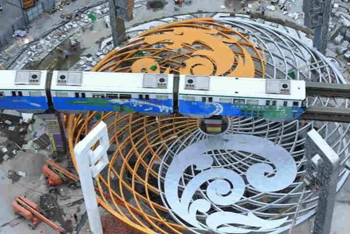 重慶鬧市現奇特建築 輕軌穿梭于建築之上