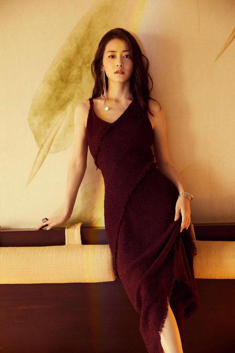 柴碧云優雅出席北京時裝周 不對稱紅裙優雅滿分
