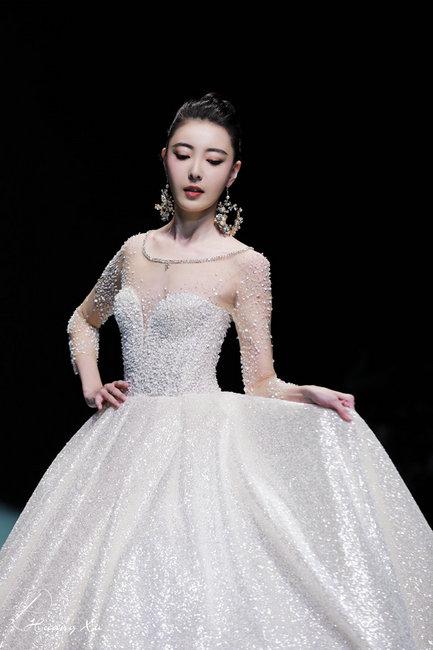 北京時裝周米露壓軸走秀 美如精靈飄逸靈動