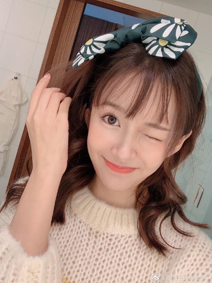 張子萱中分變劉海更嬌俏 對鏡wink電力十足少女感滿分