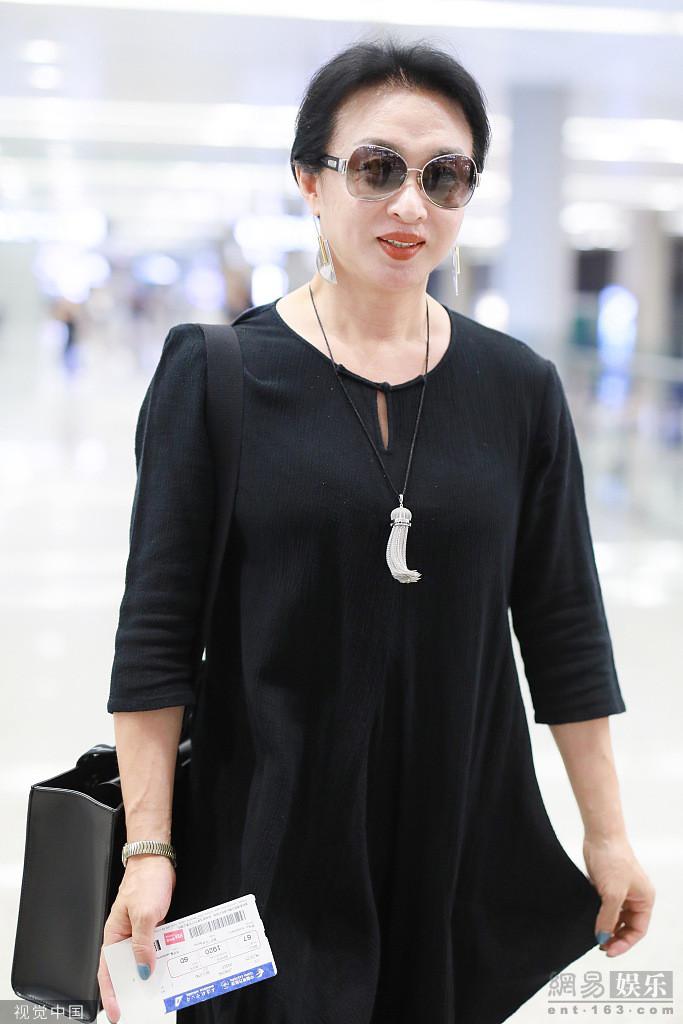 金星穿長裙戴墨鏡亮相機場 自帶藝術家氣質