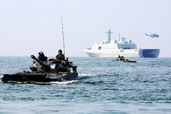 解放军在粤西海域演练登陆作战 出动071坞登舰