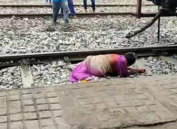 印度老妇人穿越铁轨遇险 急中生智逃过一劫