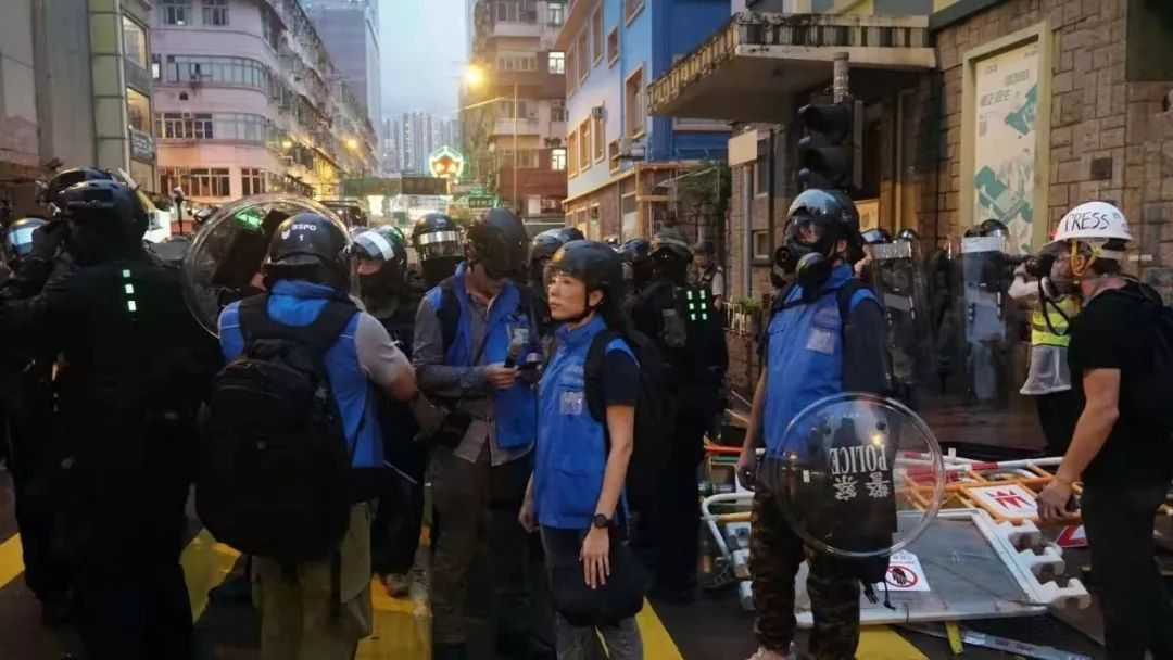 到底怎么应对帮大盗的假记者,港警终于和我们说了说!