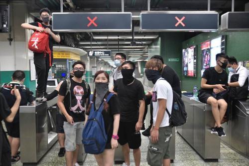 资料图:香港有激进示威者8月23日晚在港铁葵芳站闹事。图片来源:香港《明报》/冯凯键 摄