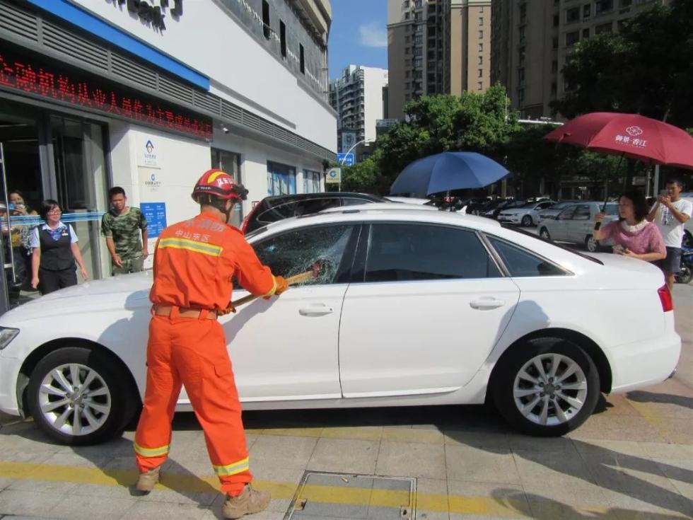 车主不知所踪,他们在路边疯狂砸车窗还爬入车内,围观者还纷纷帮忙…