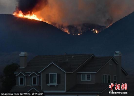 美加州山火延烧 强制疏散令解除但房屋仍受威胁