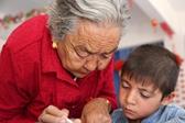 新疆老人投身义教27载 两千多孩子受益