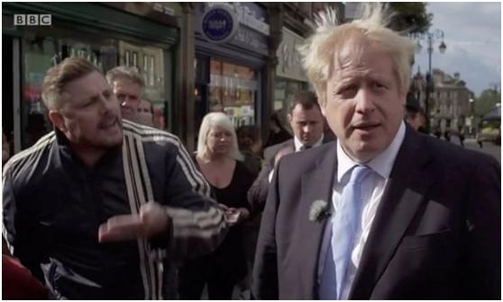 """英国首相约翰逊议会""""寸步难行"""",上街还被人""""怼""""到结巴"""