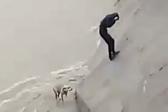 暖心!墨西哥一名男子风暴中冒险营救一条狗