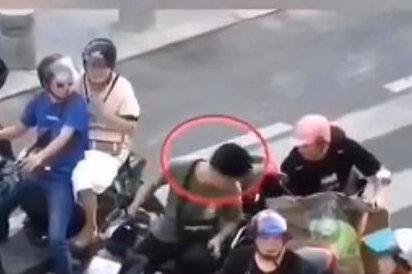 小伙骑电动车未戴头盔 被无人机高空喊话