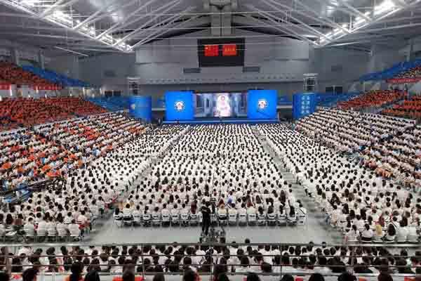 武汉大学开学典礼 七千新生歌唱祖国