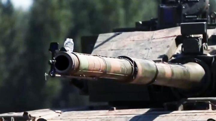 稳了稳了!99A坦克炮口端水杯行驶 滴水未洒