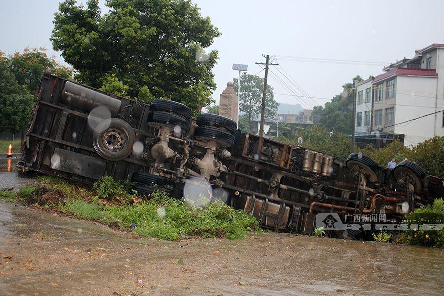桂林:大货车侧翻致2人被困 消防紧急救援