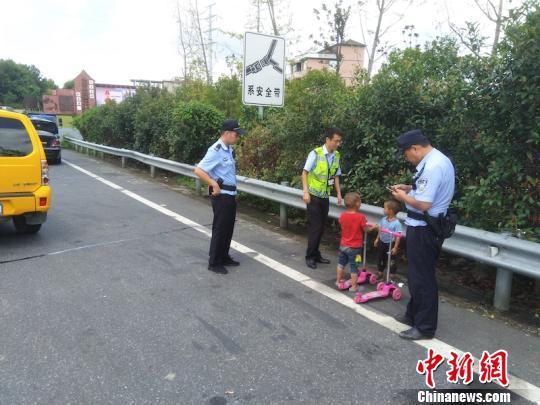 """3岁""""熊孩子""""带着滑板上高速 警民协力帮其找回家人"""
