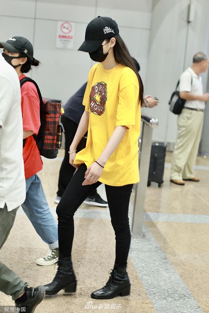 欧阳娜娜口罩帽子遮面 穿黄色T恤铅笔裤秀身材魅力十足