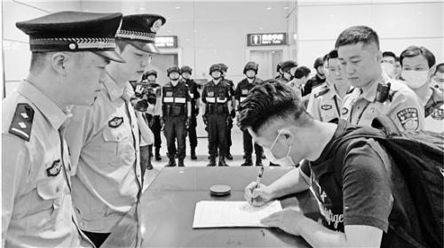 """温州""""云剑行动"""":10名诈骗嫌犯从东南亚回国自首"""