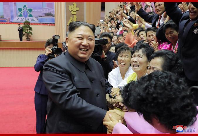 金正恩与教师开心合影 大赞:你们是爱国者、革命家