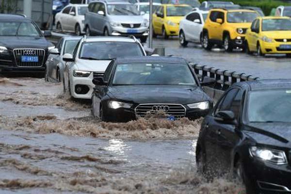 重庆突降暴雨 车辆缓慢通过积水路