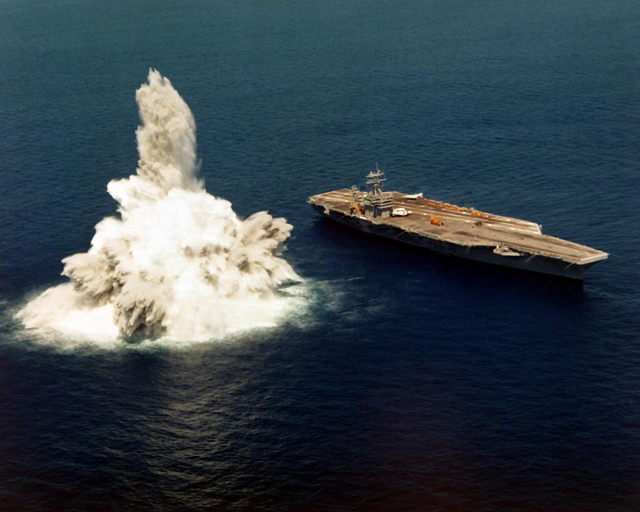 美军在新航母旁引爆炸弹 测试能否扛住DF-21D打击