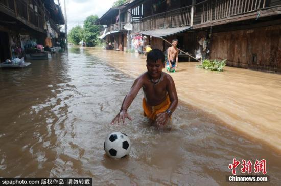 泰国多地遭洪灾逾37万户家庭受影响 已导致28人死
