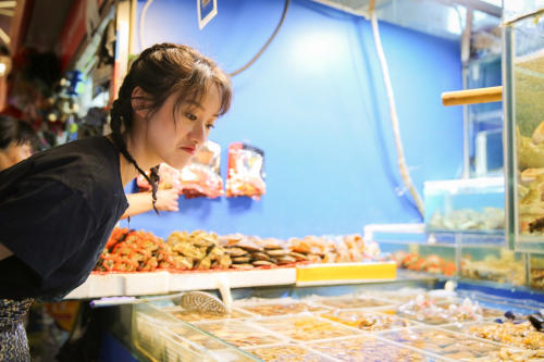 """袁冰妍蝎尾辫造型灵动可爱 """"菜场小姑娘""""尽显生活"""
