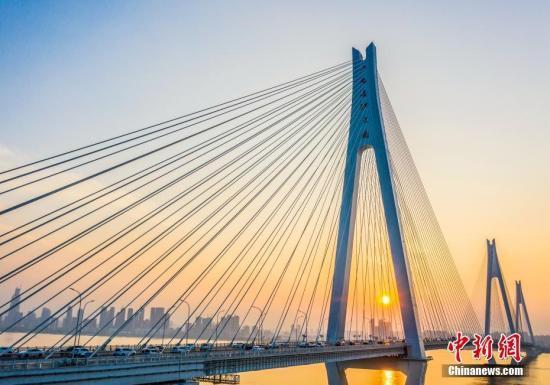 """桥梁、高铁、港口…交通行业打造靓丽""""中国名片"""""""