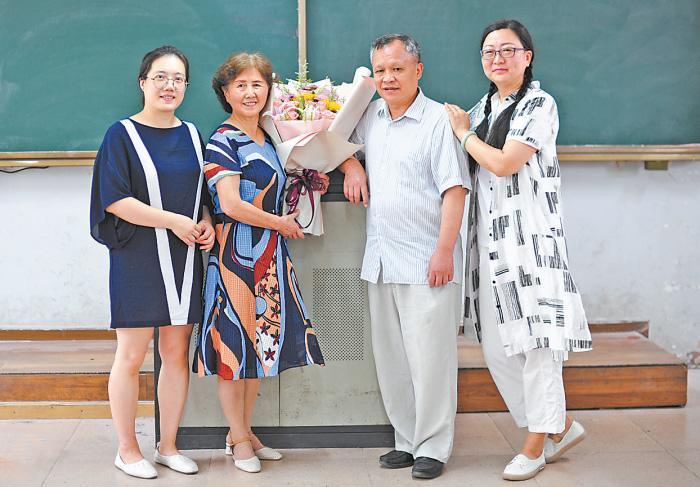 """""""长大后我就成了你"""":武汉一所中学四代师生接力演绎"""
