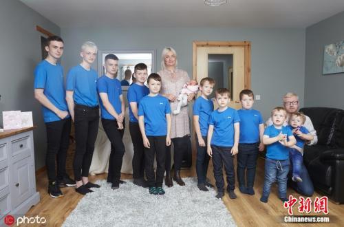 生10个儿子后终于迎来女儿 英国妈妈:家庭完整了