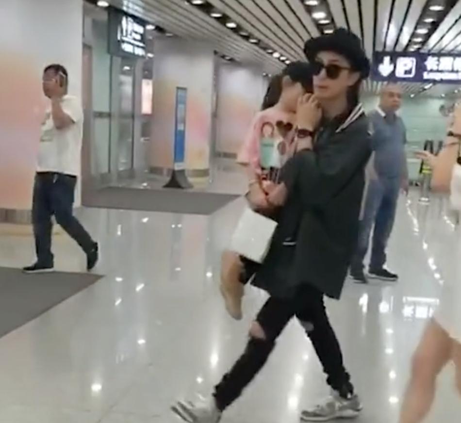 李承铉一身黑抱lucky现身机场 保护女儿全程用手挡脸
