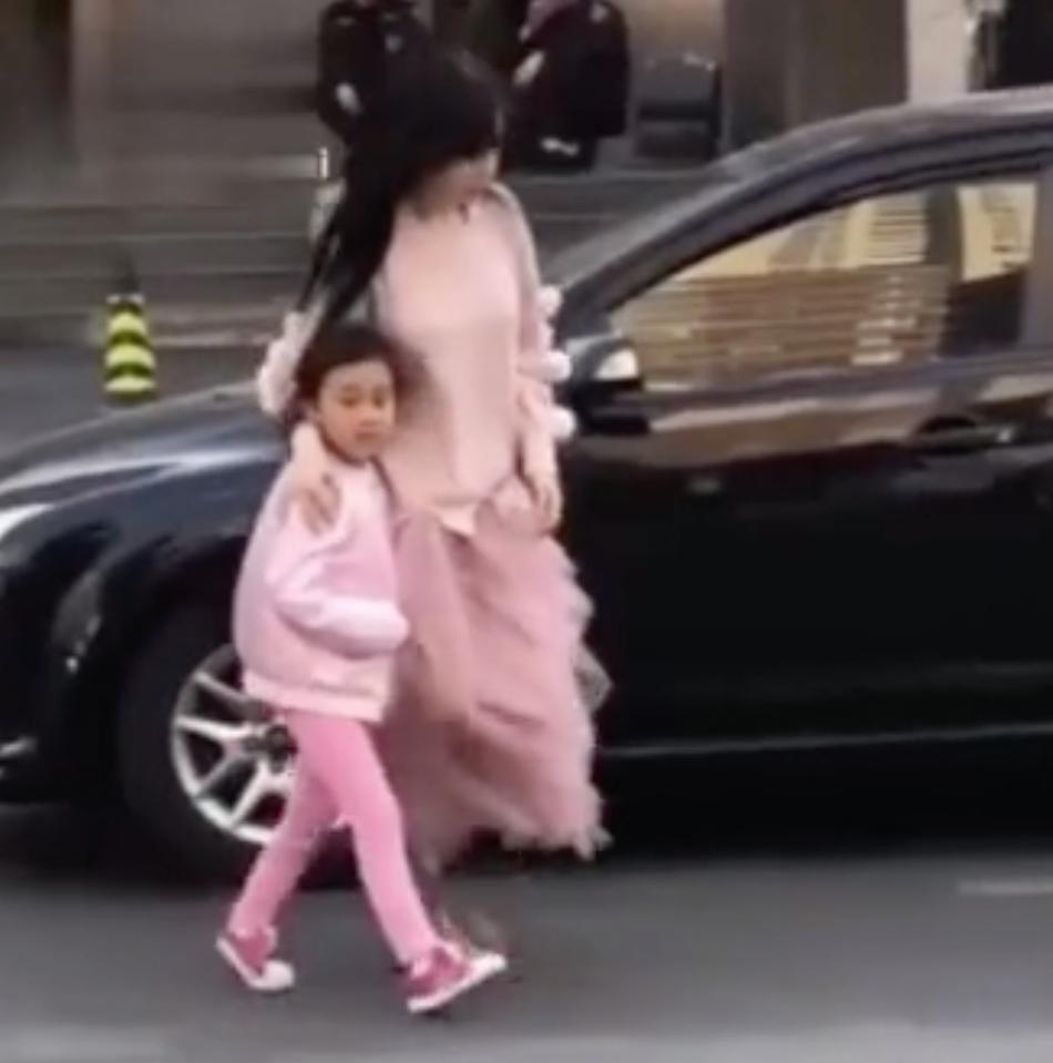 李小璐穿粉嫩纱裙带女儿现身 甜馨一身粉色对镜头做鬼脸
