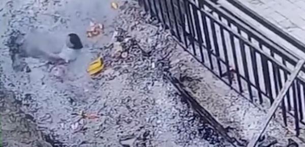 河南平顶山一女香客掉入香灰池被烧伤,寺庙:香灰池系违建