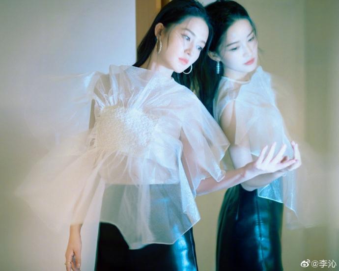 李沁着薄纱短衫露纤细腰线显性感 对镜摆pose气质温婉
